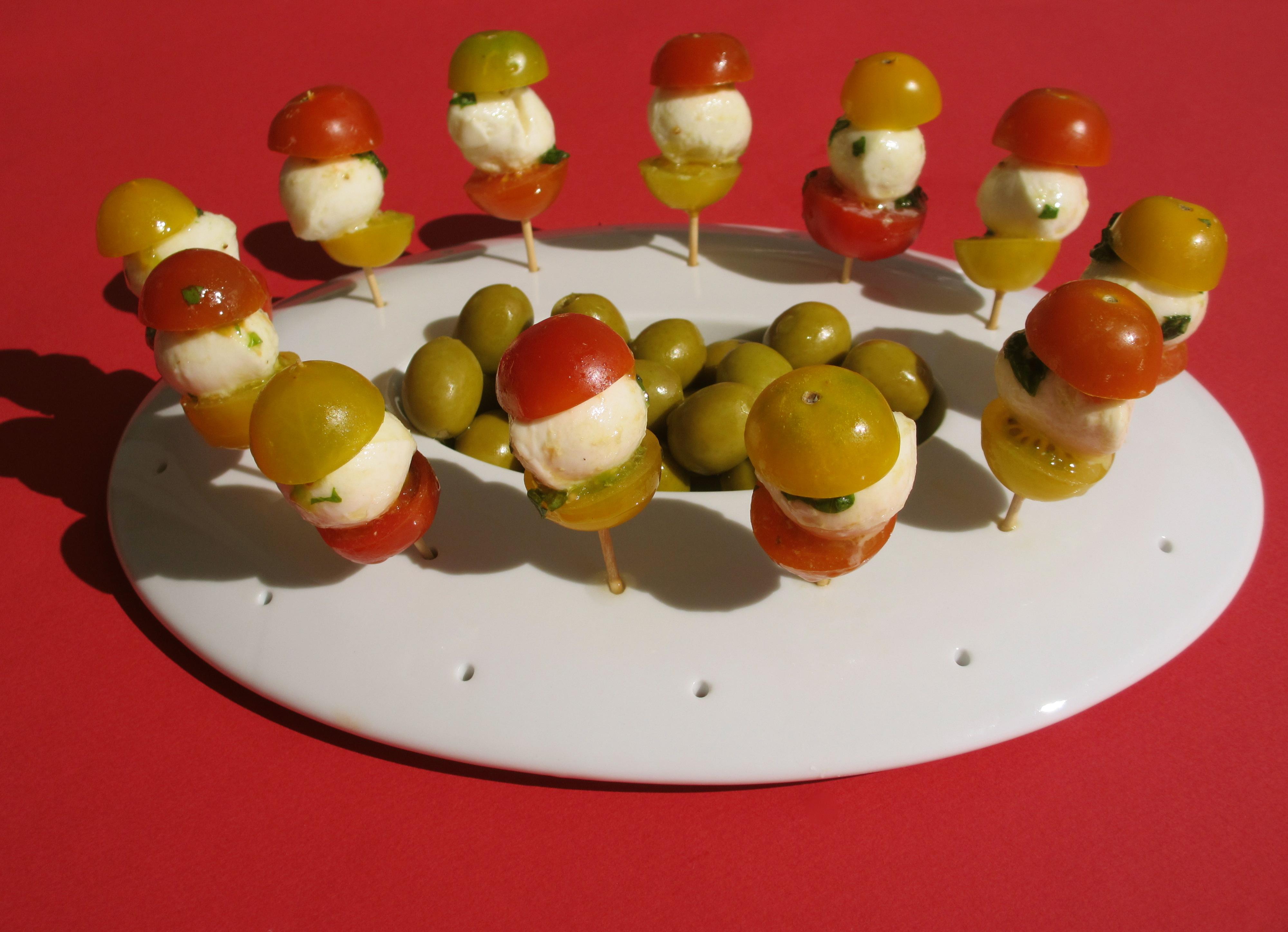 Piques ap ritives de tomates bicolores la mozzarella diet d lices recettes diet tiques - Brochettes aperitives sans cuisson ...