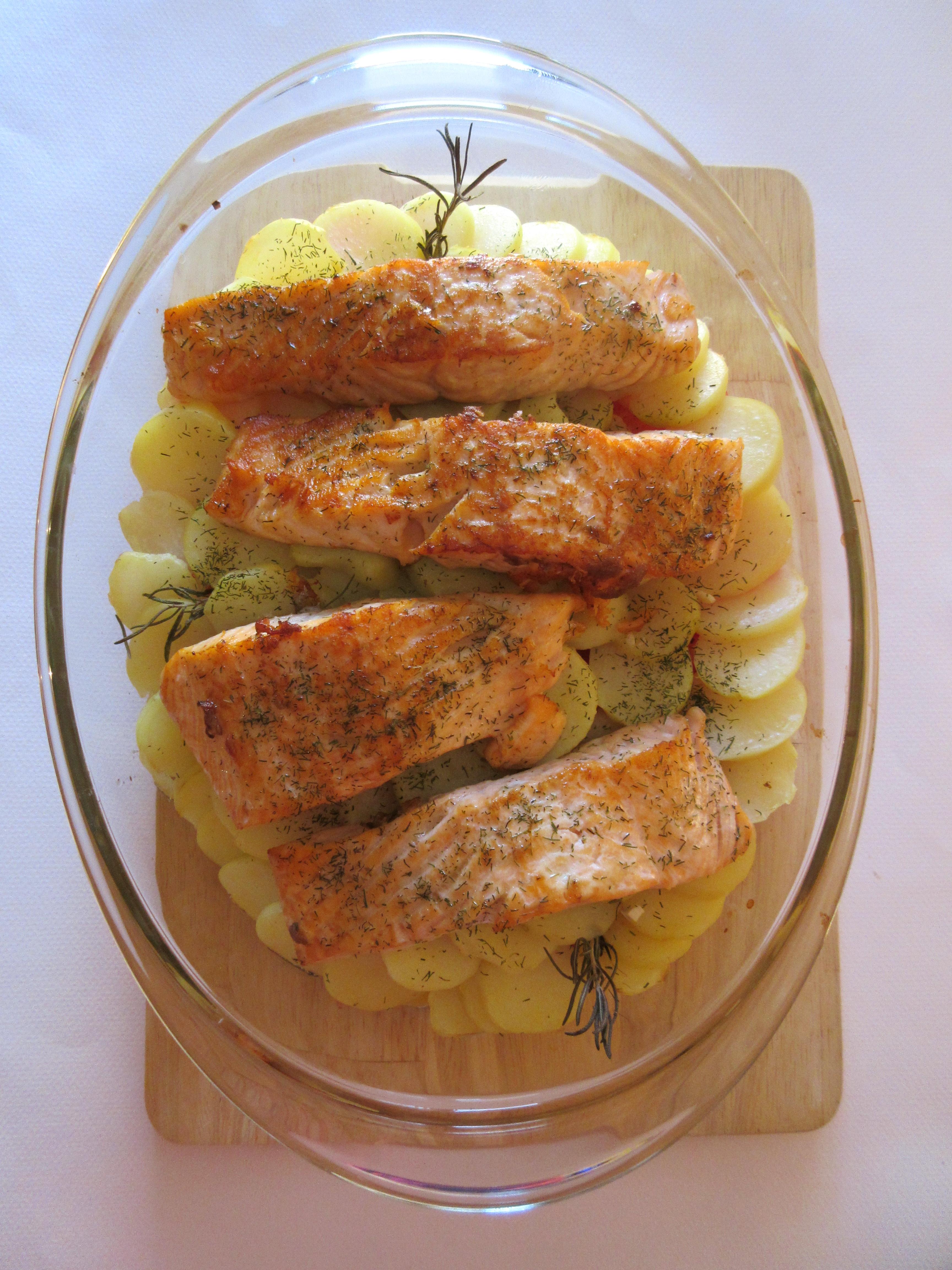 Pavés de saumon sur son lit de pommes de terre et tomates