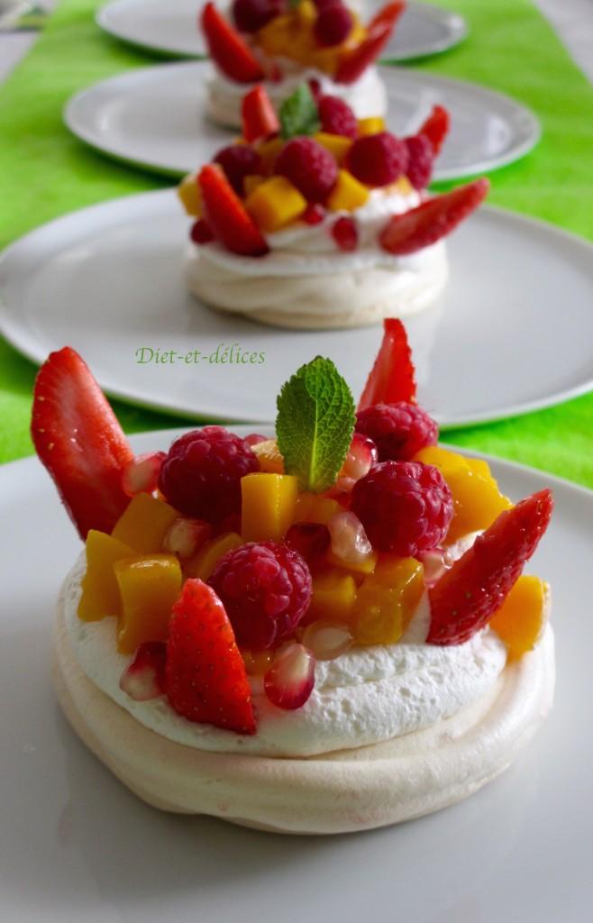 Pavlova à la mangue et aux fruits rouges