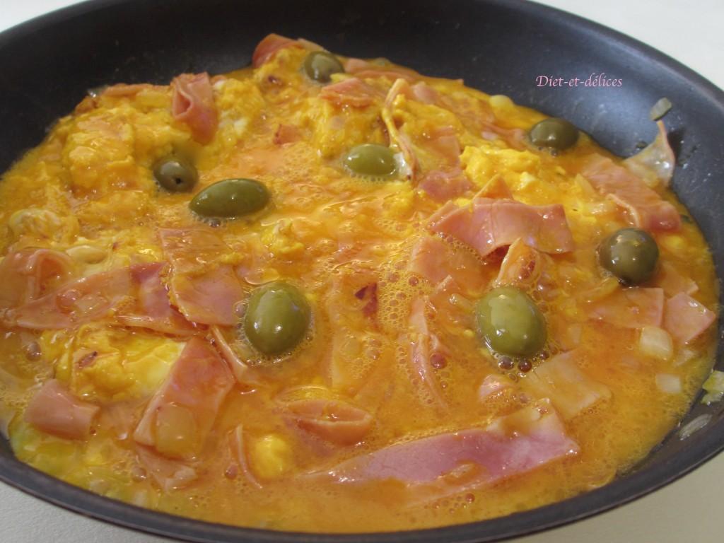 Omelette au jambon blanc et aux olives