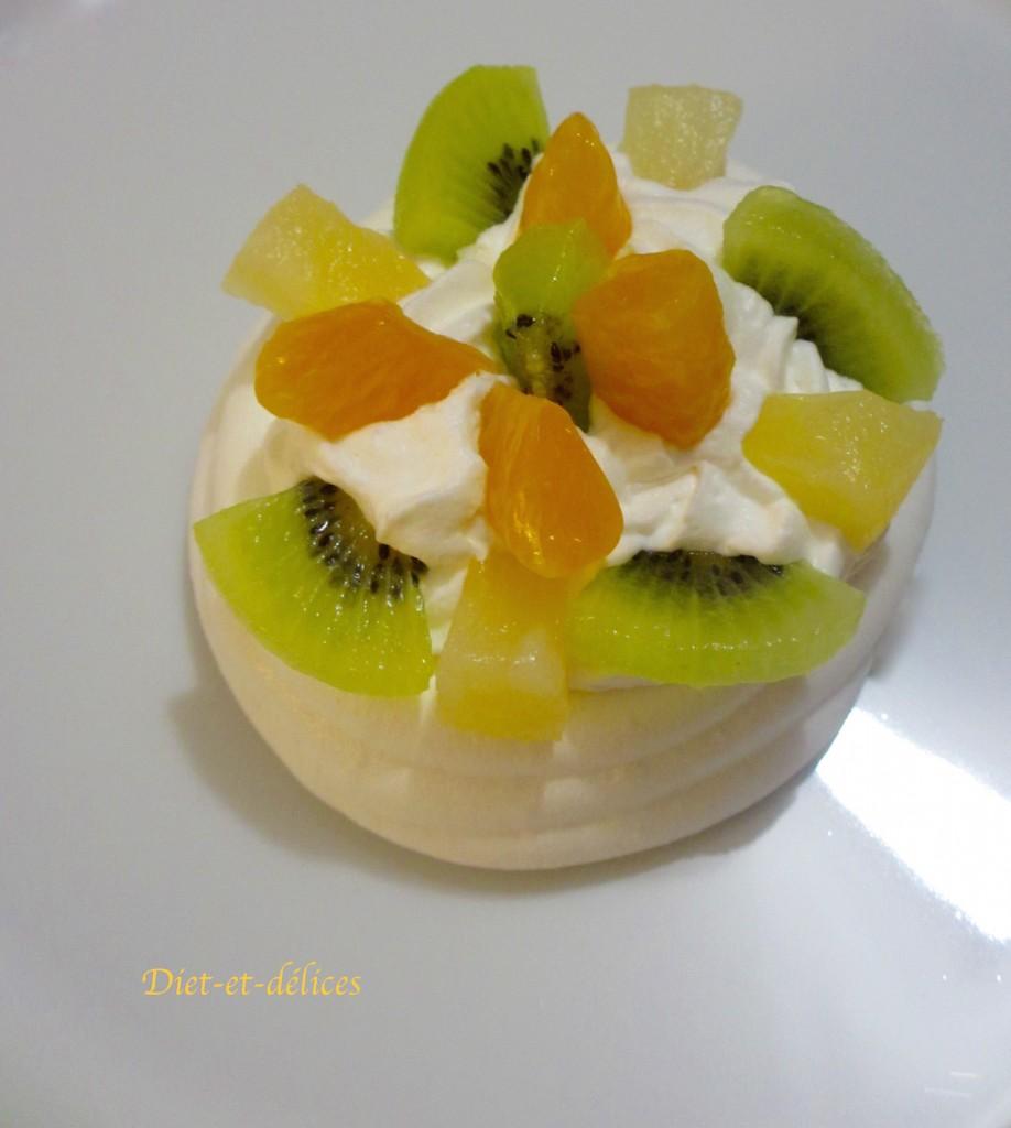 Pavlova aux kiwis, ananas et clémentines