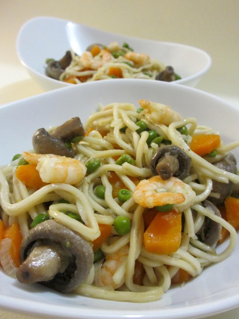 Wok de nouilles chinoises aux crevettes, légumes et épices